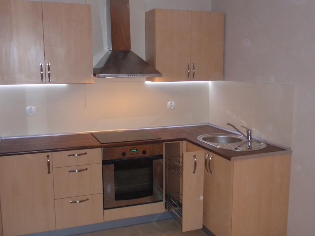kuchnia fronty laminat buk,blat orzech klepka , wysłona wanilia , podświetlen